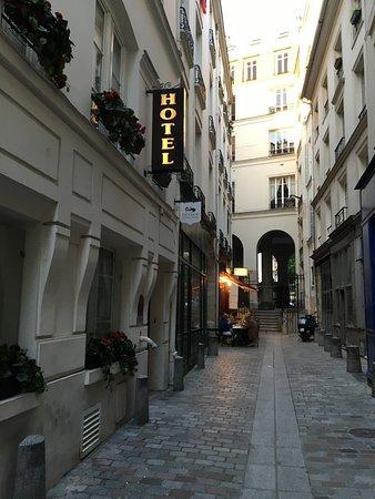 Hotel Le Clos Notre Dame : Charming alleyway location!