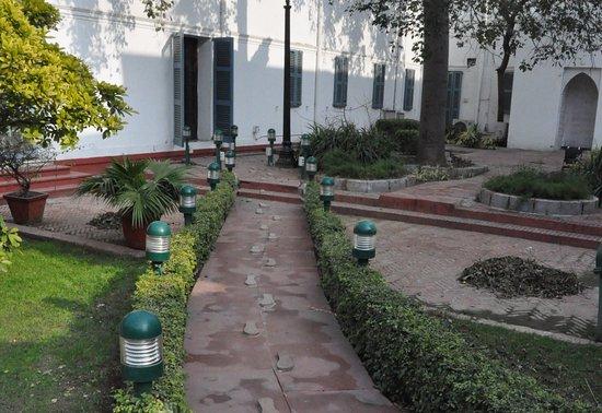 Gandhi Smriti: 甘地走出屋門 走入花園小徑