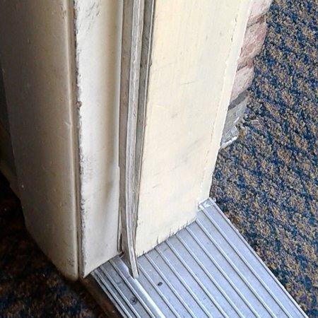 Rodeway Inn & Suites Hershey: moldy door seal