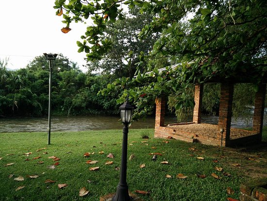 Perak, Malasia: Pavilions on side of river