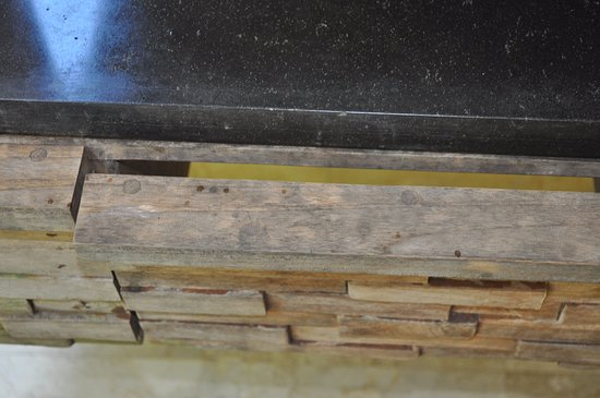 Sri Ratih Cottages: Broken wood around the sink