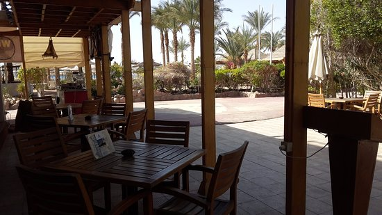 Oonas Dive Club Hotel: dining outside near the beach