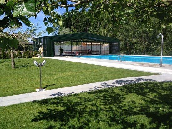 Sugiez, Switzerland: La piscine avec bassin ouvert par beau temps...
