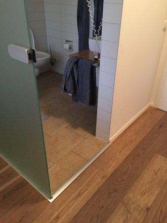 Augustlhof: Keine Tür zwischen Toilette/Dusche und Eingang