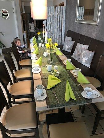 Hollern, Germany: Lara wartet schon auf ihr Frühstück