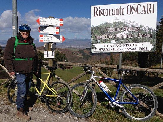 Monte Santa Maria Tiberina, Italy: Aan de voet van de eindklim naar Ristorante Oscari