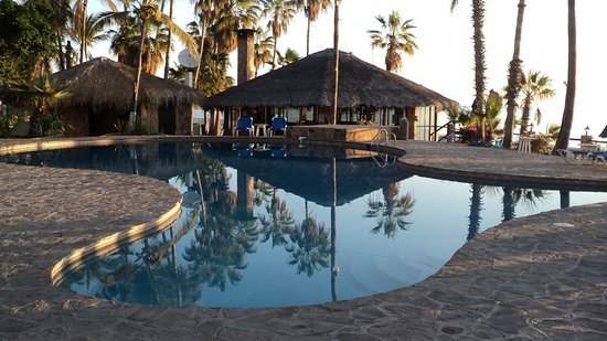 Buenavista, Meksiko: The circular bar and pool just feet away from the surf.