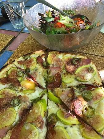 Donnybrook, Australia: Absolutely Fig fabulous pizza and one of the best salads I've ever eaten. Yum 🍷👏🍕 great servi