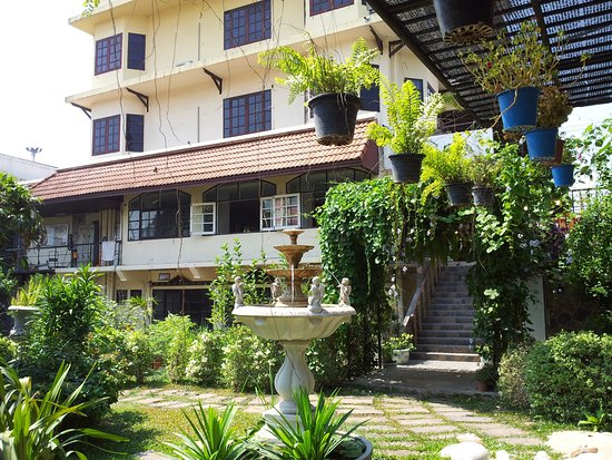 garden walk to pool and creek side restaurant - Picture of Rim Tarn ...