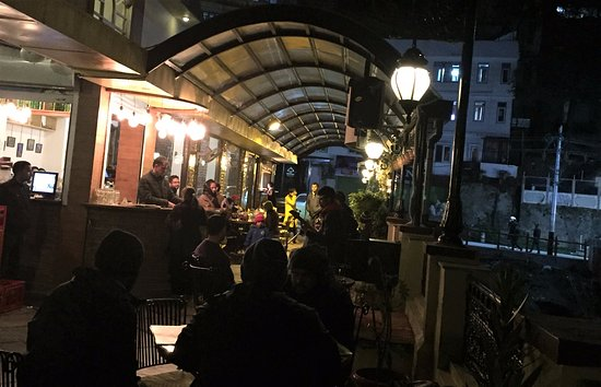 Cafe Simla Times: Live singing and guitar performance at night