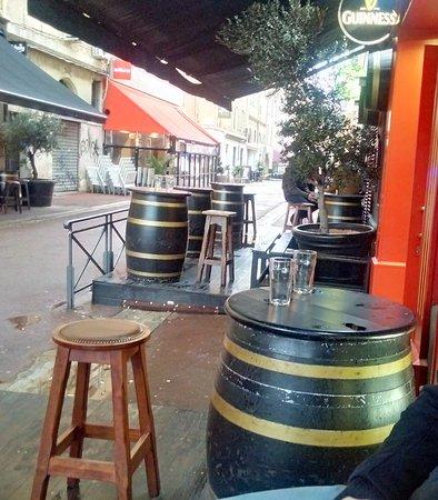 """Pub O'Malley's : Esterno con le """"classiche"""" botti che fungono da tavolino (2)"""
