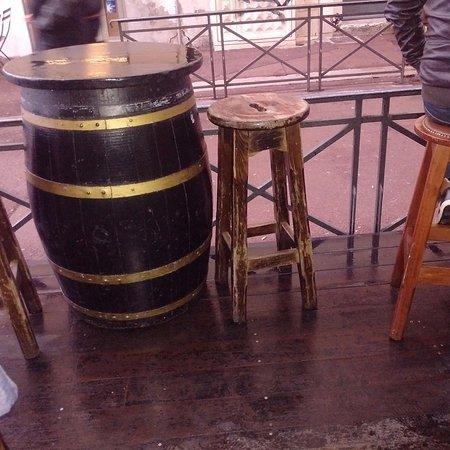 """Pub O'Malley's : Esterno con le """"classiche"""" botti che fungono da tavolino (3)"""