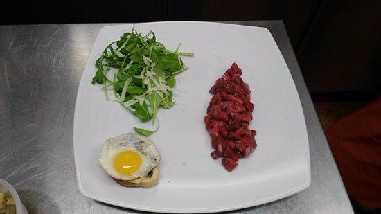 Santa Marina Salina, Italia: Tartara di bufalo con uovo di quaglia, crostino con crema di tartufo, rucola e grana.