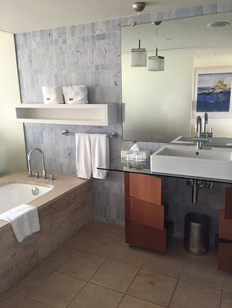 The Westin Athens Astir Palace Beach Resort: Spacious bathroom: bathtub, shower, separated toilet...