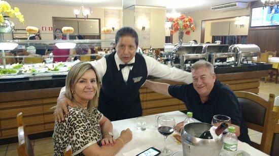 Churrascaria Bufalo Branco : O Sr. Adelino, muito parecido com o Al Paccino, tem um atendimento especial para todos os Client