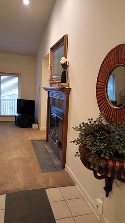 Los Lagos at Hot Springs Village: Living room in one bedroom town-home.