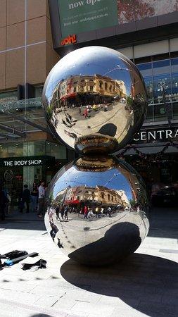 The Mall's Balls Statue: Nette Spiegelung