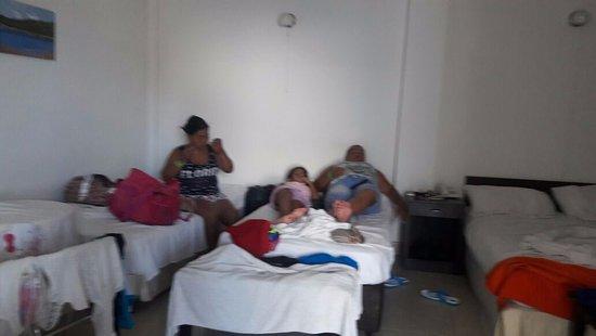 Hotel Verde Mar: cuenta con 5 camas , closet, nevera, comedor pequeño, baño.