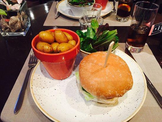 Le Coudray Montceaux, Francia: Restaurant les cèdres se situe dans l'hôtel mercure charmant et accueillant plat dessert et bois