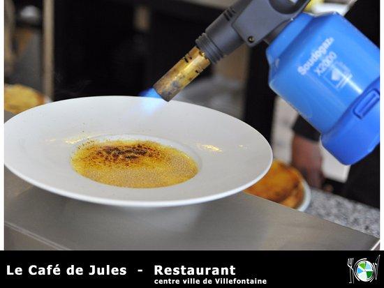 Villefontaine, Francia: crème brûlée devant les clients...