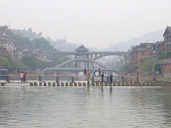 Tuojiang Ancient Street: Vue sur le passage piéton au-dessus de la rivière