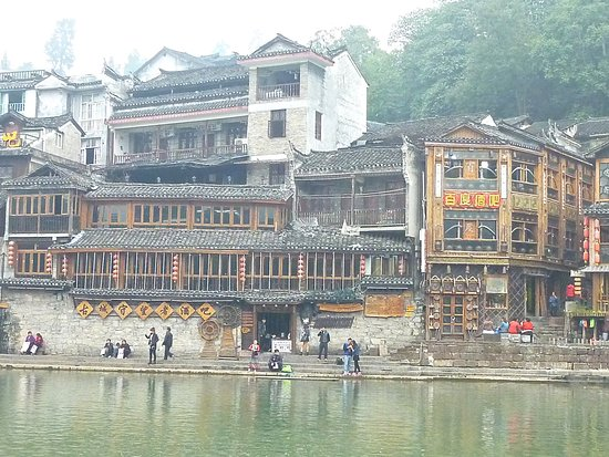 Fenghuang County, China: Restaurant en face du port