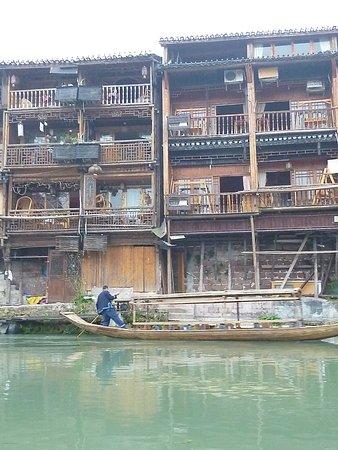 Tuojiang Ancient Street: Anciennes maisons devenues hôtels