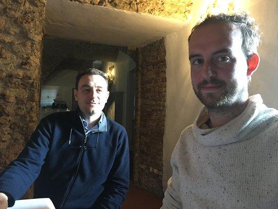 Cologne, Italië: Il Titolare Riccardo Fratus con Nicola, il cantiniere ed enologo interno