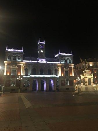 Plaza Mayor de Valladolid: Fachada de dia y de noche