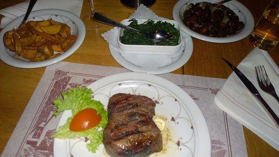 Erkrath, Alemania: Beilagen: Kartoffelecken, Spinat, Champignons
