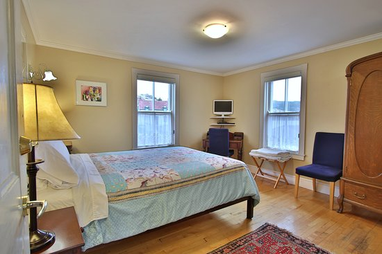 Artisan Inn : Cove View Room. Queen bed and bathroom ensuite.