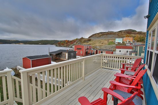 Trinity, Канада: Cove Cottage Ocean front Patio. One minute walk to restauranr.