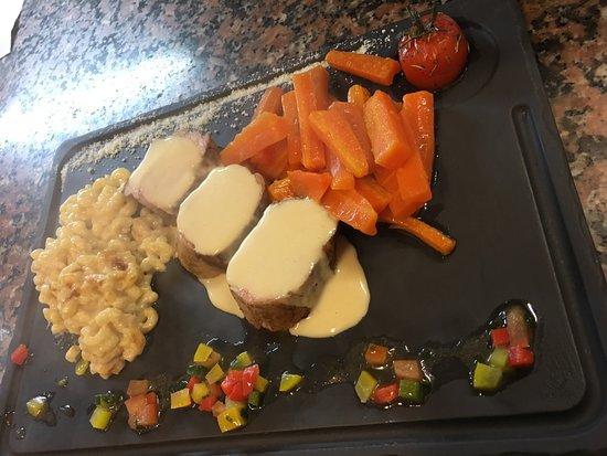 Saint-Fons, Francia: Filet mignon de Porc, bâtonnets de carottes poêlés et gratin de pâte