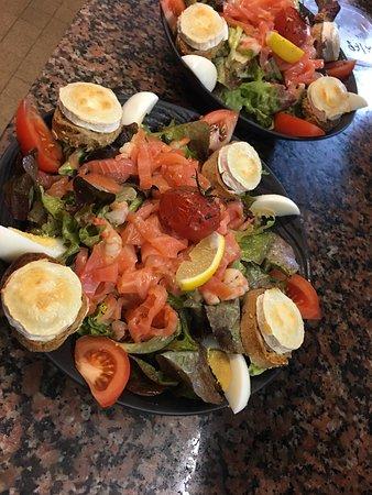Saint-Fons, Francia: Salade Norvégienne (Saumon fumé maison, crevettes et crottin de chèvre chaud)
