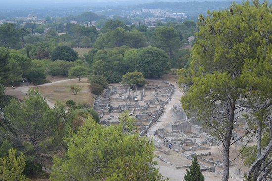 Saint-Remy-de-Provence, Frankrike: View from the top looking down on the ancient roman town.