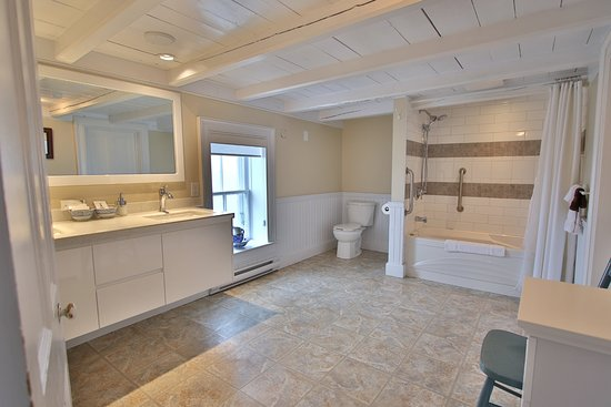 Trinity, Canada: Admiral's Lookout Bathroom. Ocean View