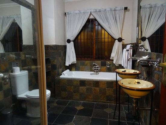 Chartwell, South Africa: Mooie, goed ingerichte badkamer met aparte douche.
