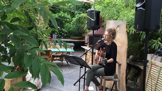 Heiloo, هولندا: Singer/Songwriter Jet Stam tijdens het TuinDiner van 2016.