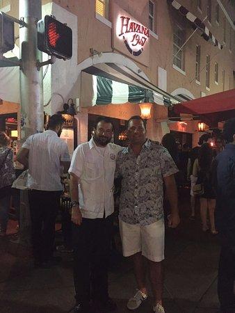 Havana 1957 Cuban Cuisine Espanola Way: Foto con nuestro mozo amigo, Romel. Excelente atención!!! Nos encanta este lugar. =)