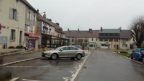 Bligny-sur-Ouche, France : Vue de la rue du restaurant au fond