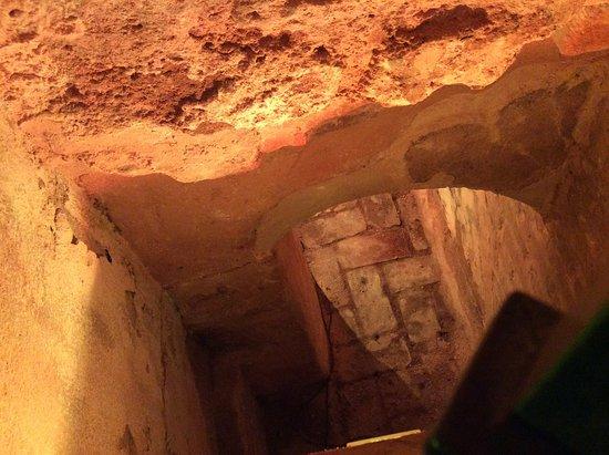 Posada San Fernando: Roman tunnel under hotel.