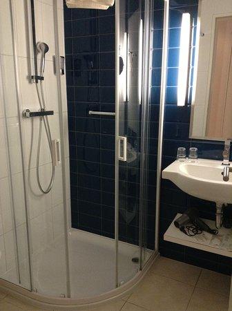 Estilo Fashion Hotel: Our bathroom.