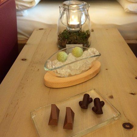 Brail, Ελβετία: Hausgemachte Schokoladespezialitäten im Zimmer
