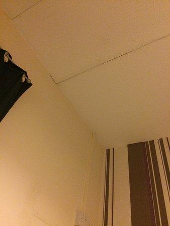 Newbury Hotel : ceiling paper mouldy/peeling