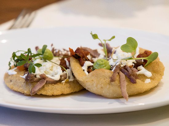 Cinco Cocina Urbana: Desayuno de mercado. Infladitas con cecina, crema y queso.