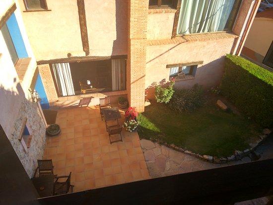 Camanas, Espanha: Vista de la terraza/jardín, desde la habitación Malva