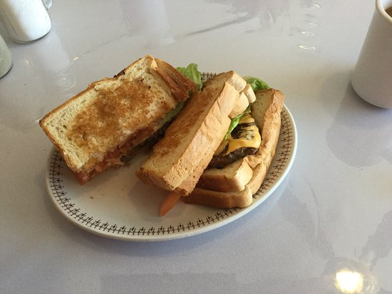"""Winnipeg Beach, Kanada: The """"Mak"""" sandwich and burger."""