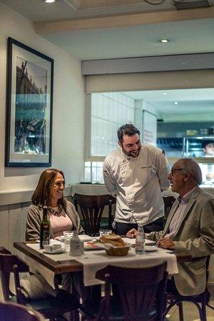 Due Cuochi Cucina - Itaim: Nosso Chef Gianpiero Giuliani atendendo aos clientes