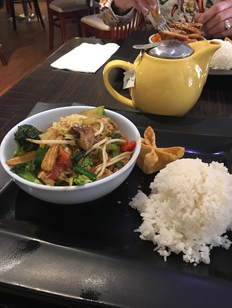 Pato Thai Cuisine: Great dish, full of vegetables and plenty of chicken too!