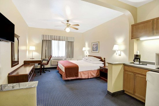 Howard Johnson Inn and Suites Central San Antonio: 1 King Suite
